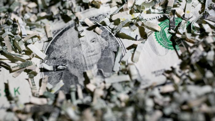 Dólar tambalea sacudido por los vientos de recesión en Estados Unidos. ¿Qué pasa?