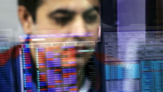 Trader mengamati grafik forex