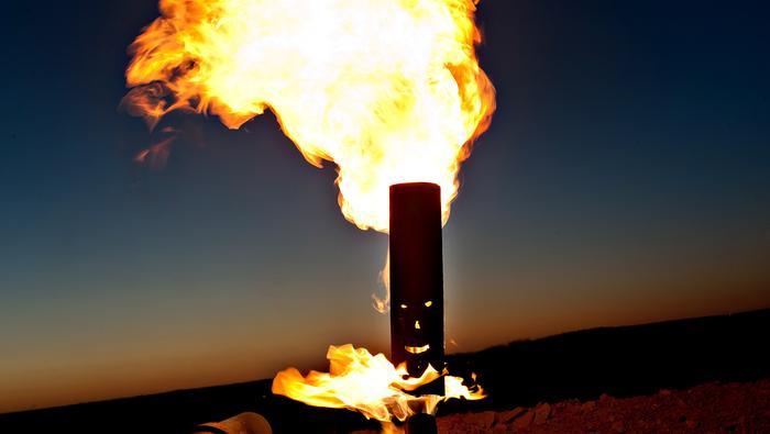 Petróleo explota tras reducción de inventarios en Estados Unidos