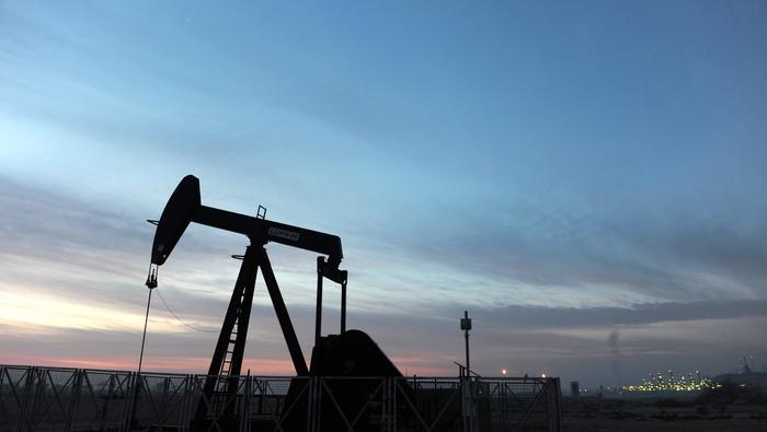 Petróleo demora operativa en rango de precios mediante generación de triángulo simétrico