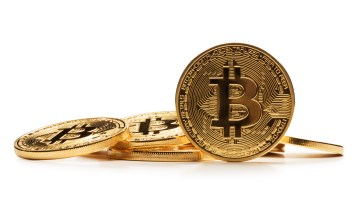 Bitcoin pone freno a sus caídas; analistas de Wall Street estiman que la criptodivisa llegará a los 25,000$
