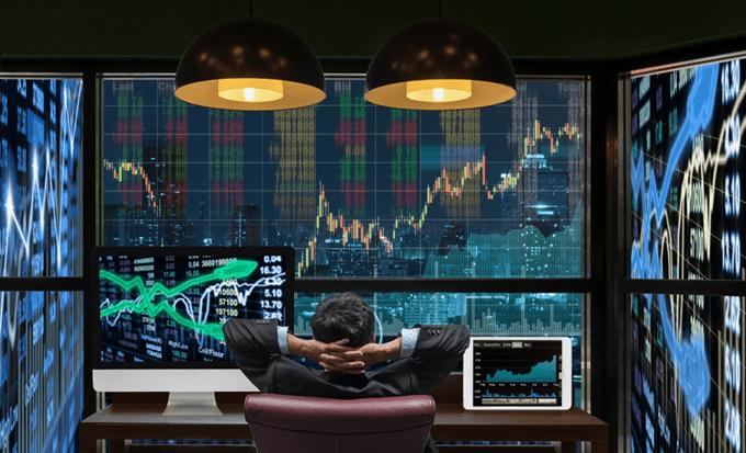 Trader observando los movimientos de precios en tiempo real para invertir en el índice Nasdaq 100.