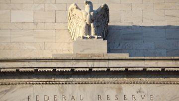 Fed deja inalterada su tasa de interés y mantiene un tono optimista; EUR/USD extiende su descenso