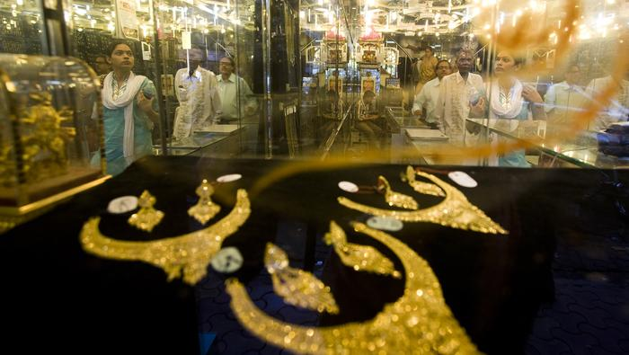 Gold Prices Buoyed by Falling Yields, Crude oil Plunges on Viral Concerns