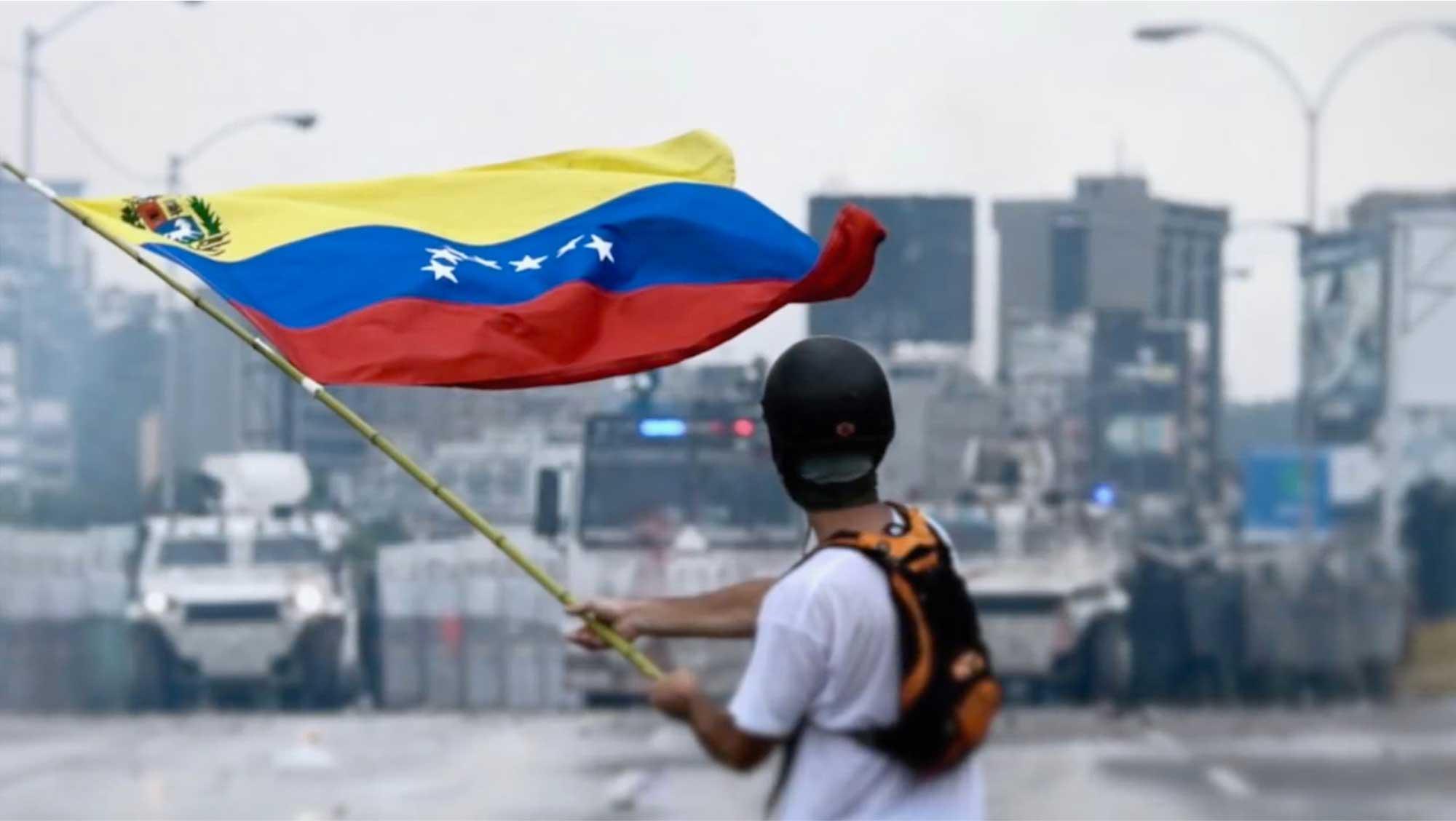 garçon avec un drapeau du Venezuela