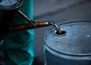 bg_liquid_oil_barrel_1258723
